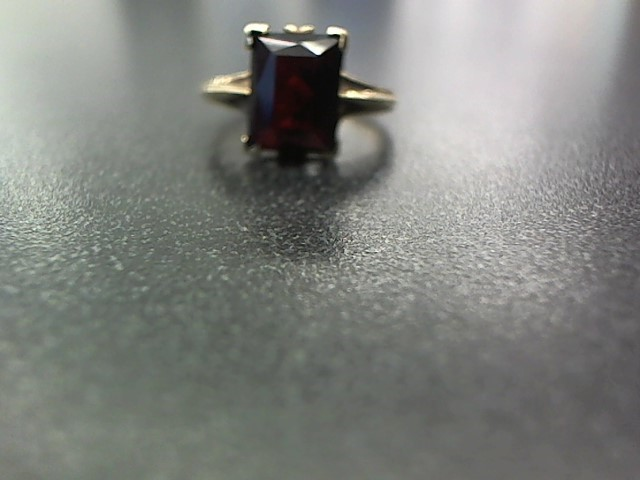 Red Stone Lady's Stone Ring 10K Yellow Gold 3.2g