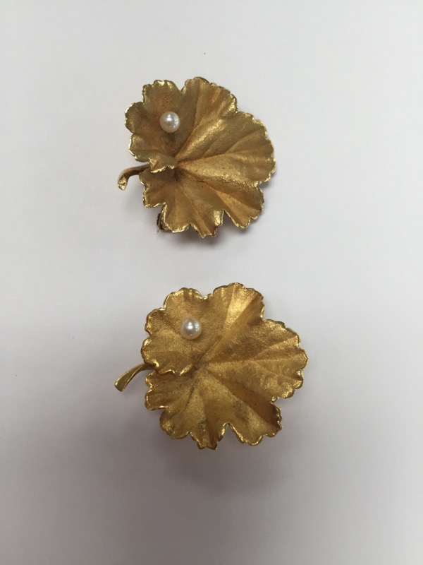 vintage pair of leaf Broochs 18K Yellow Gold with 2mm pearl