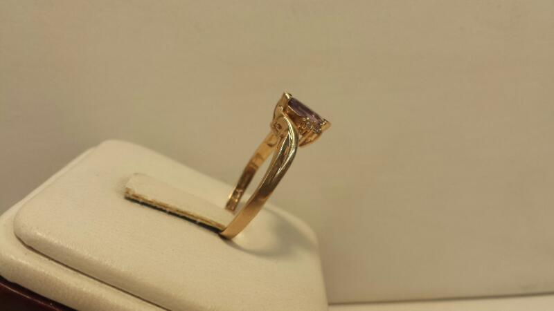 10k Yellow Gold Ring with 1 Purple Stone and 4 Diamonds - 1.6dwt - Size 7.5