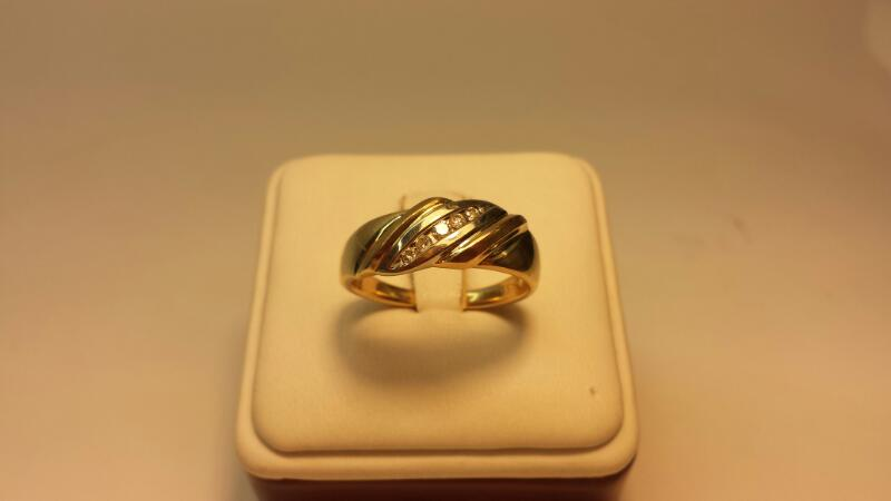 10k Yellow Gold Ring 5 Diamonds at .15ctw - 4.6dwt - Size 10