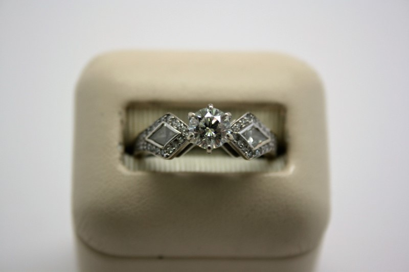 LADY'S FASHION STYLE DIAMOND RING 14K WHITE GOLD