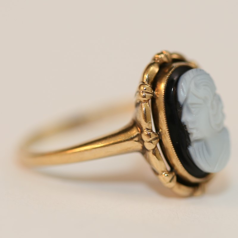 Cameo Ring w/ Navy Blue Background Set In 10K Yellow Gold Size 6.75
