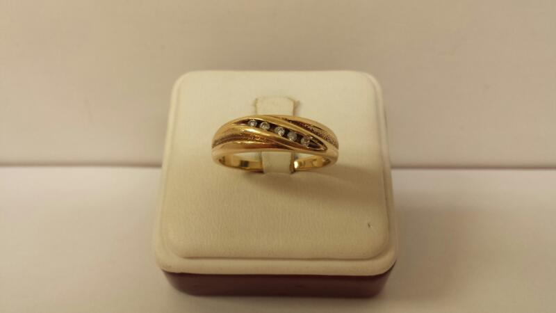 14k Yellow Gold Ring with 5 Diamonds at .10ctw - 3.3dwt - Size 11