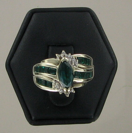 Green Stone Lady's Stone Ring 10K Yellow Gold 3.1dwt