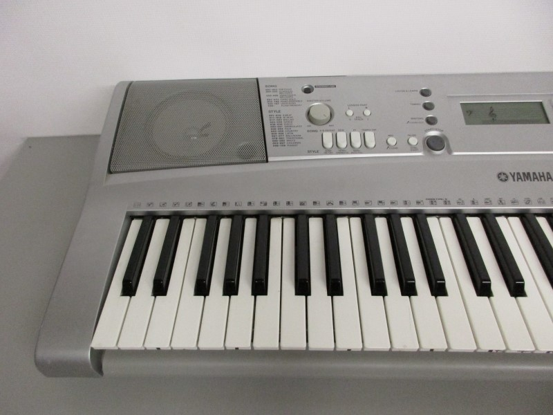 YAMAHA YPT-300 61-KEY ELECTRONIC KEYBOARD