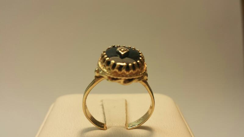 14k Yellow Gold Ring with 1 Diamond Chip and 1 Black Oval Stone 2.8dwt - Size 8