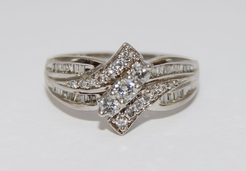 14K White Gold Unique Twisting Diamond Cluster Band Ring Size 7