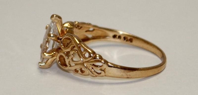 10K YELLOW GOLD WHITE STONE RING 3.1g