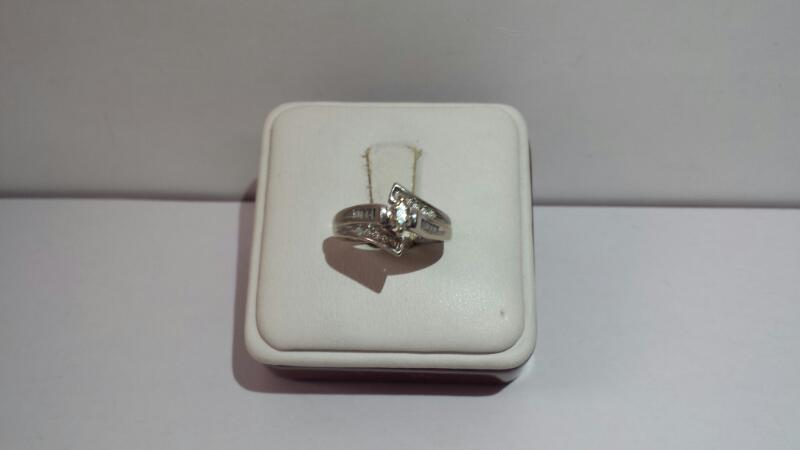 14k White Gold Ring with 21 Diamonds at .32ctw - 2.7dwt - Size 5