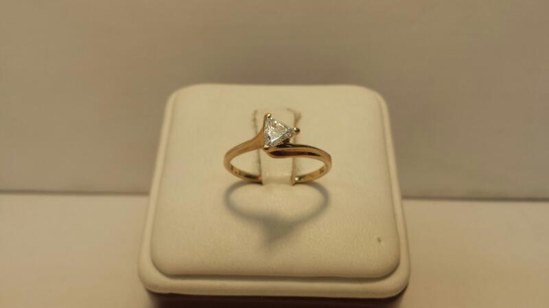 14k Yellow Gold Ring with 1 Trillion Diamond at .33ctw - 1.2dwt - Size 6.5