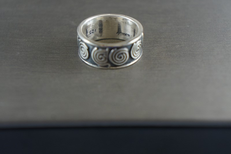 STERLING SILVER WIDE BAND WITH SWIRL DESIGN SZ.7.5 7.5G