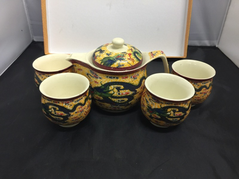 CHINA Collectible Plate/Figurine TEA SET