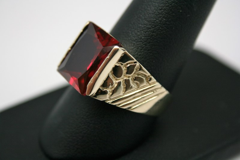 GENT'S RED STONE RING 14K YELLOW GOLD
