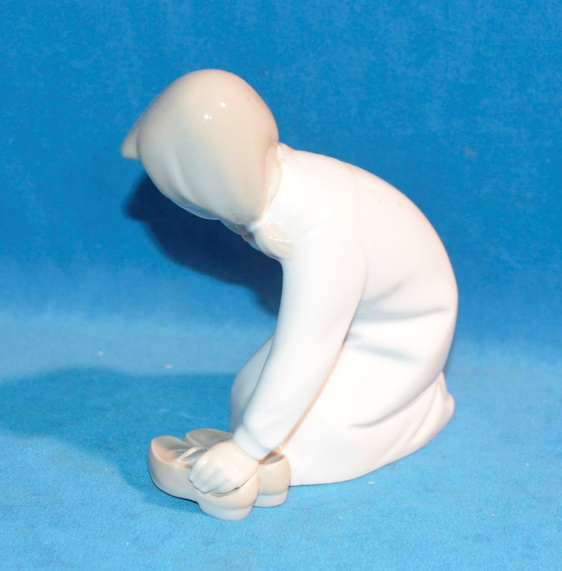 LLADRO Figurine 4523 LITTLE GIRL WITH SLIPPERS