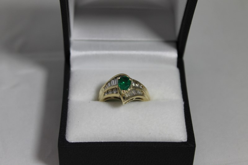 lady's 14k yellow gold geniune emerald baguette diamond ring