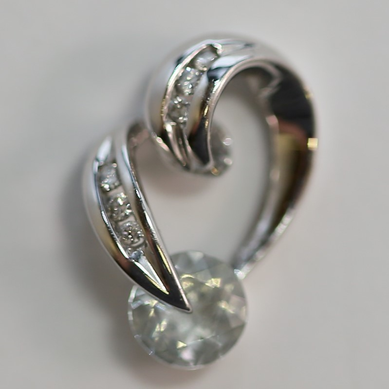 10K White Gold Curling Heart Pendant w/ Billiant Diamonds