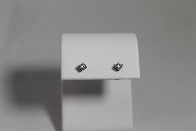 lady's 18k white gold round diamond stud earrings