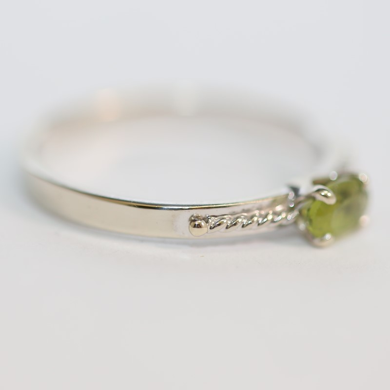 14K W/G Oval Cut Green Stone With Twisted Detail Ring Size 7.25