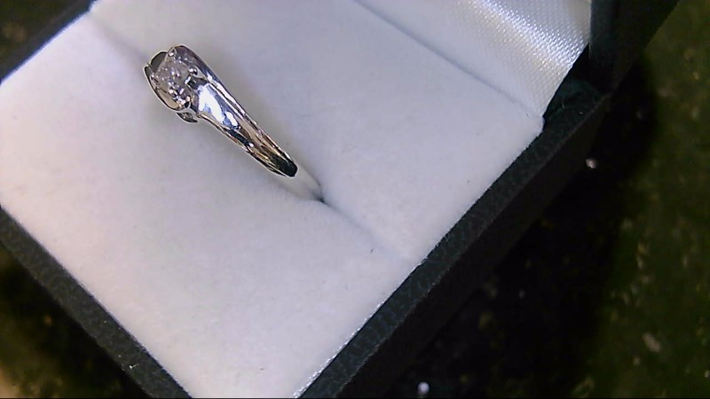 14kwg 1/5ct pc with side round diamonds ring