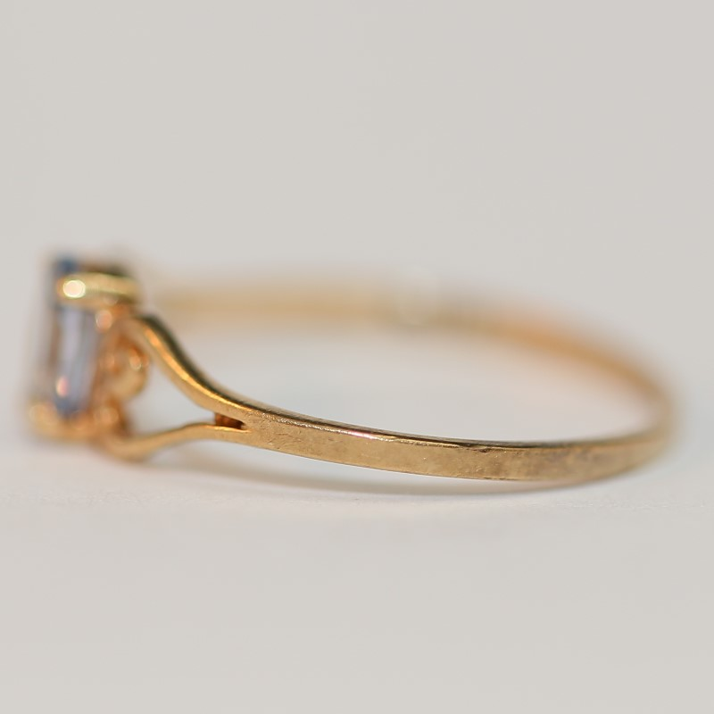 Lovely 10K Yellow Gold Oval Cut Aquamarine Ring Size 6.5