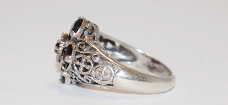 Garnet & 925 Sterling Silver Ring Size: 7