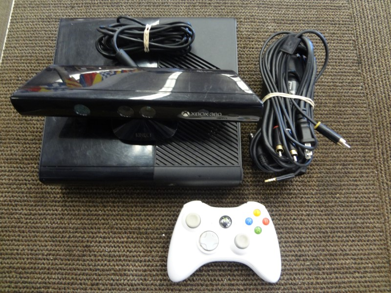 MICROSOFT 1538 BLACK 4G XBOX 360 WITH KINECT/CONTROLLER/AV CABLES/POWER SUPPLY