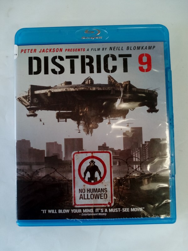 DISTRICT 9 2-DISC ACTION BLU-RAY