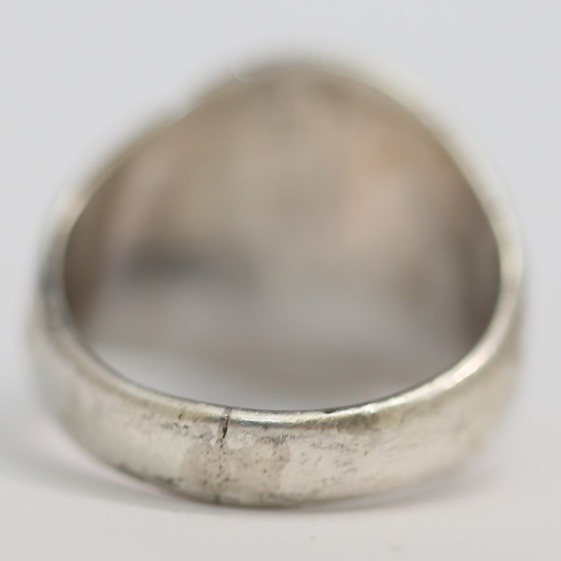 Round Black Stone Set in Sterling Silver w/ Arrow Detail Ring Size 7