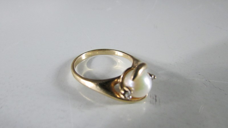 Synthetic Pearl Lady's Stone Ring 10K Yellow Gold 2.29g