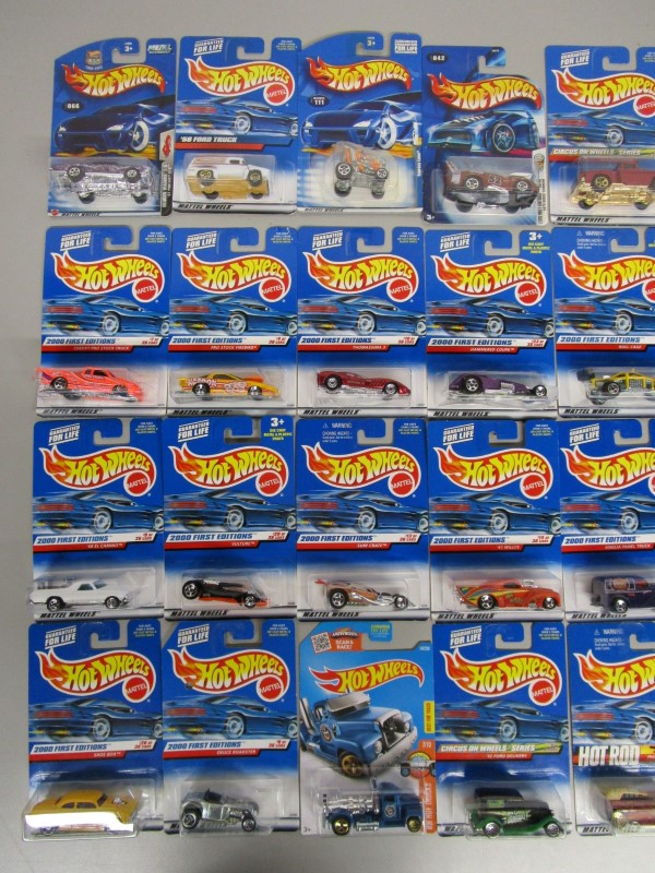 LOT OF 32 MATTEL HOT WHEELS DIECAST CARS, SEVERAL 2000 FIRST EDITIONS