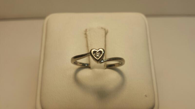 10k White Gold Ring with 1 Diamond at .03CTW - .9DWT - Size 7