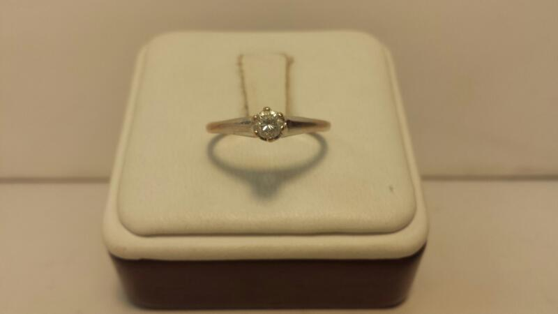 14k White Gold Ring with 1 Diamond at .18ctw - 1dwt - Size 6