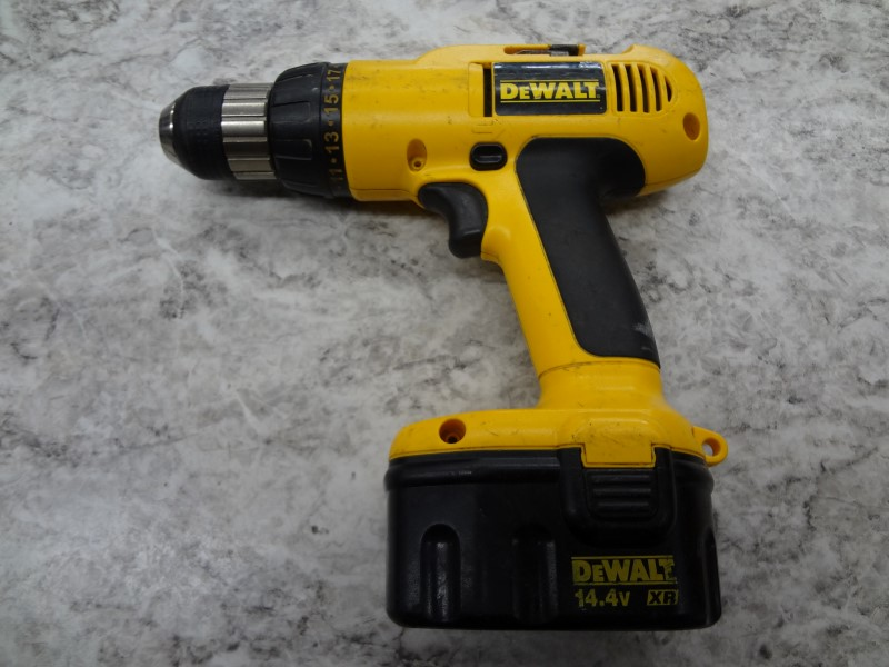 DEWALT CORDLESS DRILL DW991 - WITH BATTERY AND CHARGER