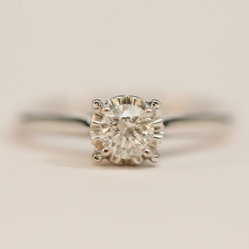 10K W/G Round Brilliant Diamond Ring Set on Weaving Heart Size 7