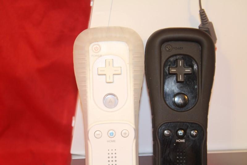 Nintendo Wii Console bundle 2 controllers/chucks