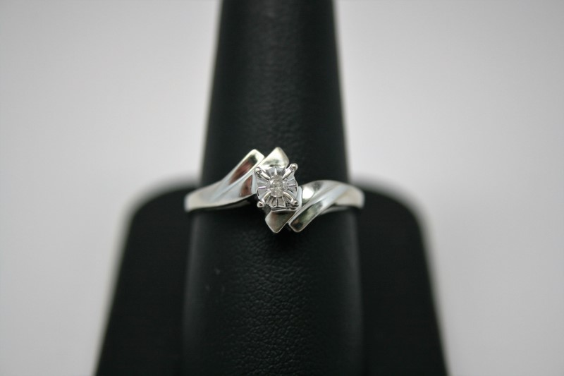 LADY'S ANTIQUE DIAMOND RING 10K WHITE GOLD