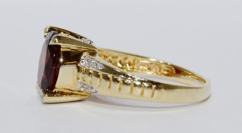 10K Yellow Gold Oval Garnet Ridged Band & Prong Diamond Accent Ring sz 7