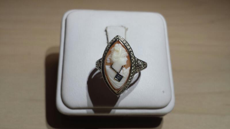 14k White Gold Ring with Cameo Stone in Excellent Condition - 1.8dwt - Size 7.5