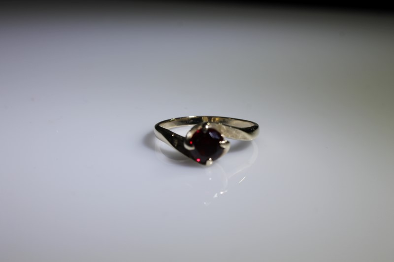 Red Stone Lady's Stone Ring 10K Yellow Gold 2.8g