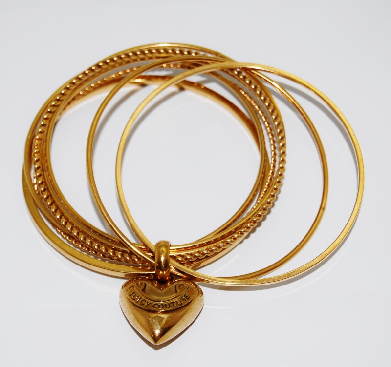 JUICY COUTURE GOLD TONED BANGLE BRACELETS WITH DANGLING HEART