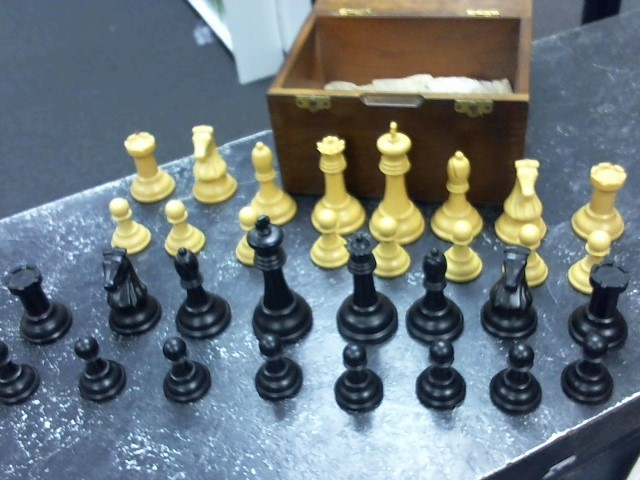 DRUEKE Game VINTAGE PLASTIC CHESS SET WITH WOODEN BOX