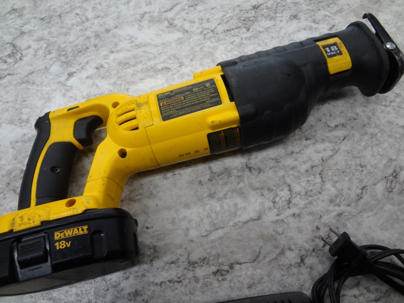 DEWALT RECIPROCATING SAW DC385 - 18V WITH BATTERY AND CHARGER