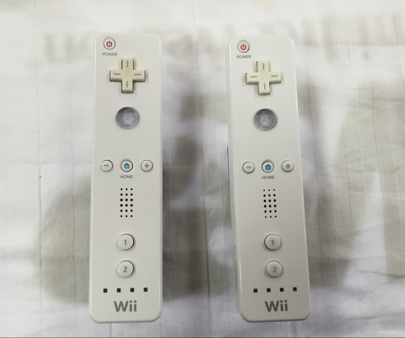 Energizer Wii Controller Charging Dock with 2 Nintendo Wii Controllers