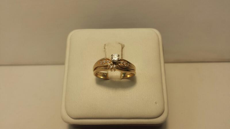 14k Yellwo Gold Ring with 9 Diamonds at .21ctw - 2dwt - Size 5