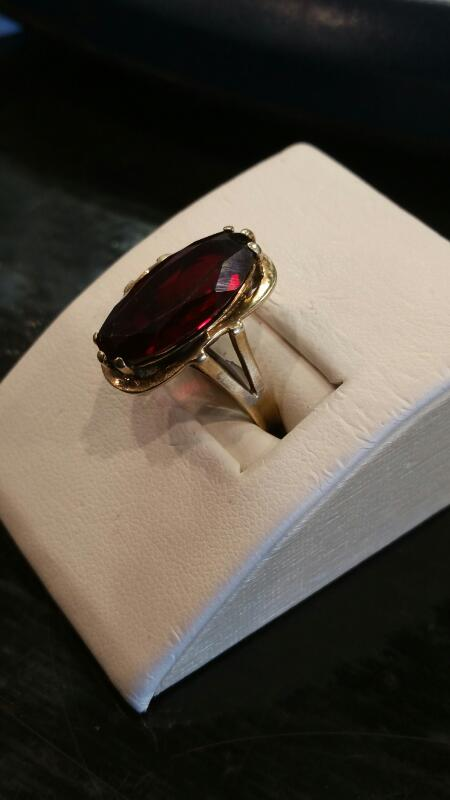 Red Stone Lady's Stone Ring 10K Yellow Gold 3.5dwt