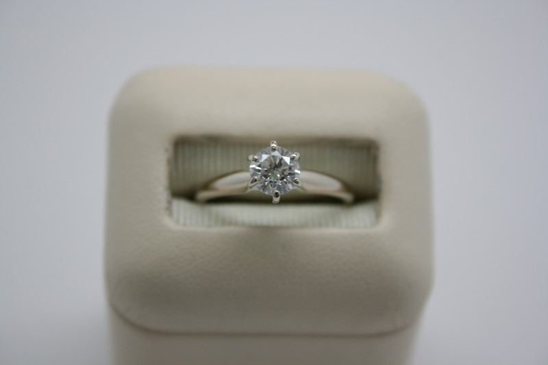 LADY'S SOLITAIRE DIAMOND RING 18K YELLOW GOLD