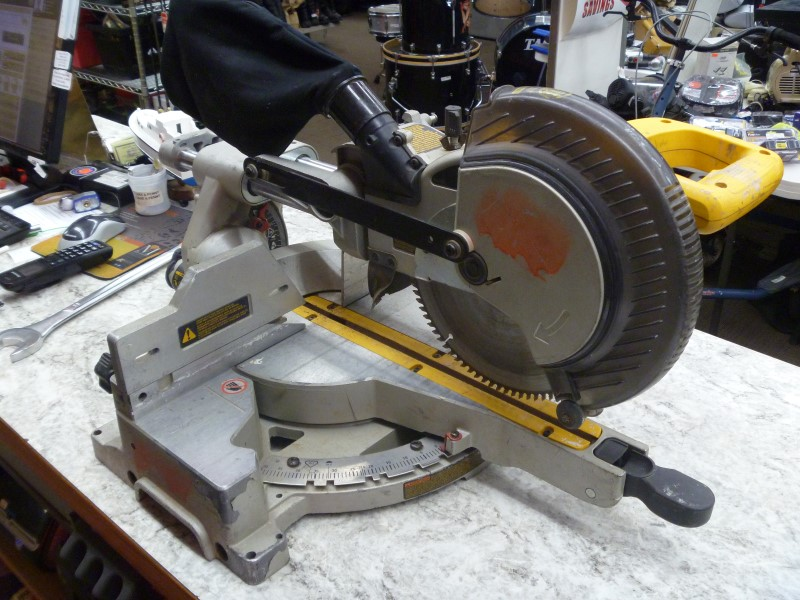 "DEWALT DW712 8-1/2"" SINGLE-BEVEL SLIDING COMPOUND MITER SAW"