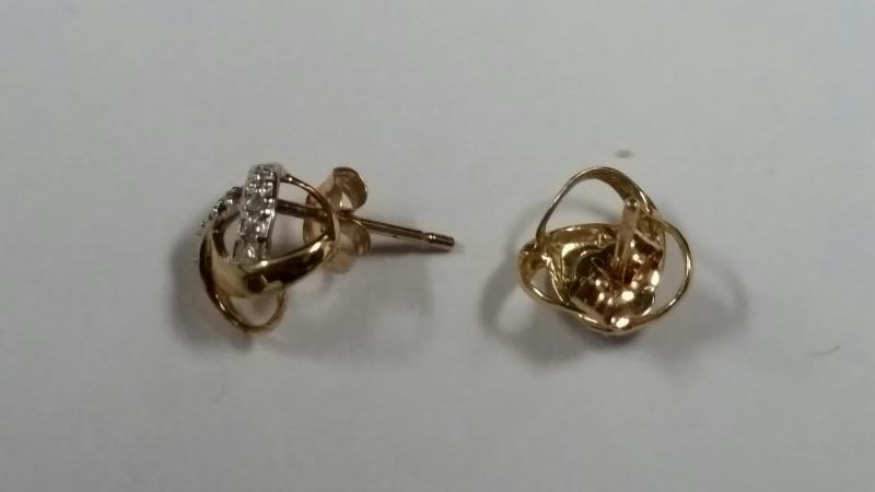 10KYG GOLD EARRINGS W/8 DIA 0.8G