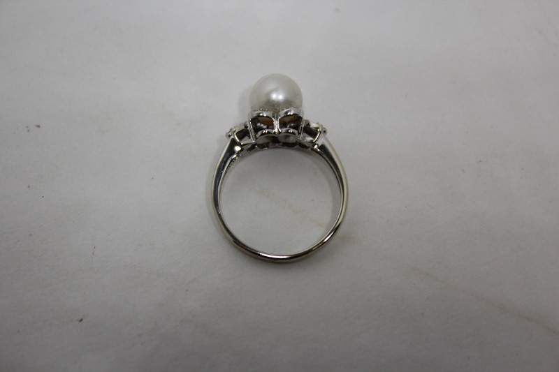 Lady's Pearl & Diamond Ring 18 Diamonds .090 Carat T.W. 14K White Gold Size: 7