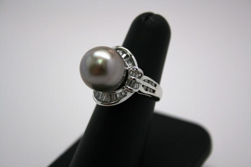 LADY'S PEARL & DIAMOND RING 18K WHITE GOLD